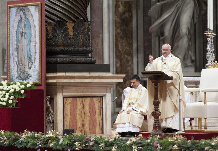 El Papa Francisco realizará amplios recorridos en el papamóvil para que la gente que no pueda asistir a los actos masivos que presidirá pueda verlo de cerca. (Archivo/Notimex)