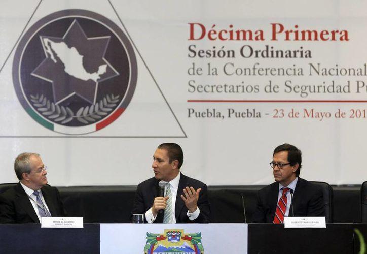 Alejandro Rubido (i), comisionado nacional de seguridad; Rafael Moreno, gobernador de Puebla (c); y Roberto Campa, subsecretario de prevención y participación ciudadana durante la Conferencia Nacional de Secretarios de Seguridad Pública. (Notimex)