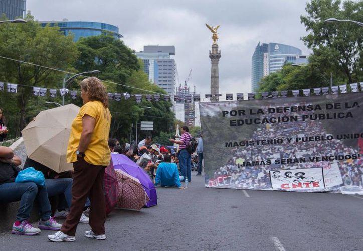 Los plantones de los maestros disidentes, agrupados en la CNTE, causan incomodidades a los ciudadanos. (Notimex)