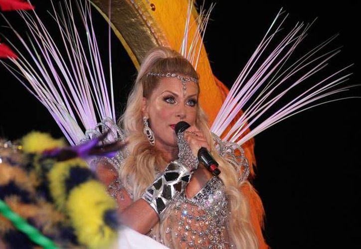 Lorena Herrera saluda al público que a pesar del frío, se dio cita al Desfile de Fantasía en Plaza Carnaval. (Jorge Acosta/ SIPSE)