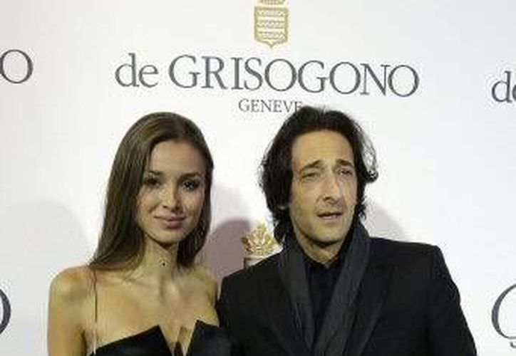 Cineastas defienden cambio al idioma inglés en Cannes. En la foto Adrien Brody con su pareja. (Fotografía: AP.)