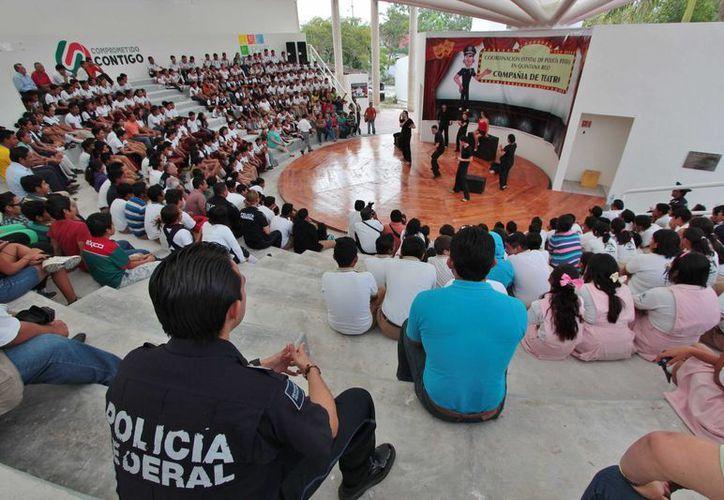 La compañía teatral de la Policía Federal se presentó el miércoles en Cozumel. (Gustavo Villegas/SIPSE)