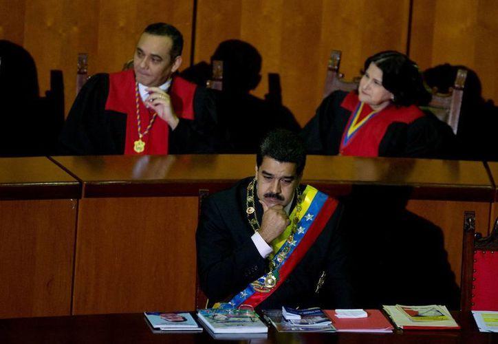 Nicolás Maduro pidió a los venezolanos aceptar el nuevo sistema de precios de la gasolina, los cuales se mantuvieron congelados por más de 15 años. (AP)