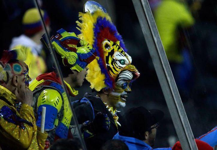 Un menor muerto en Medellín, dos niñas heridas por balas perdidas en Bogotá y cuantiosos daños dejaron anoche las celebraciones en Colombia por el triunfo de la selección de futbol por 1-0 ante Brasil en la Copa América. (Notimex)