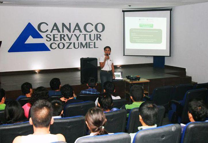 A los alumnos se les habló sobre las acciones que se efectúan  a favor del desarrollo turístico. (Redacción/SIPSE)