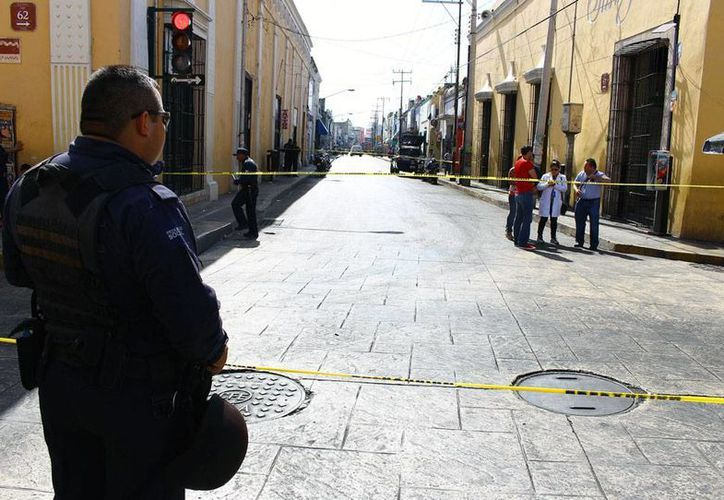 La Policía Municipal del Mérida acordonó un área en el cruce de las calles 67 y 62 del Centro, donde un niño de 2 años de edad cayó muerto. (Jorge Pallota/SIPSE)