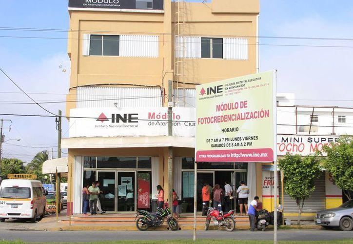 Hacen un llamado a los ciudadanos que tramitaron su credencial de elector, a pasar por ella a las oficinas del INE. (Harold Alcocer/SIPSE)