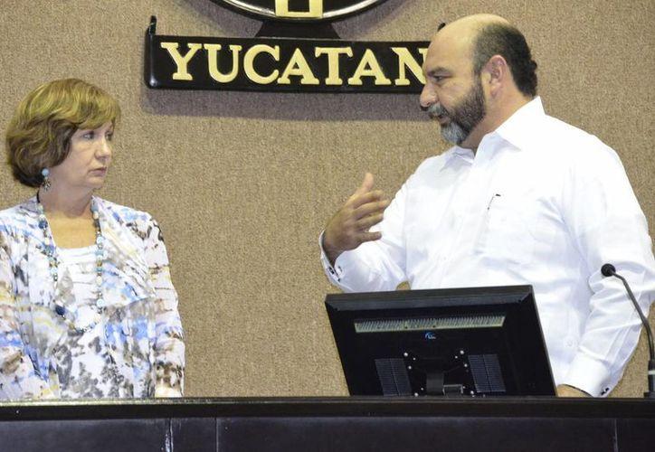 El diputado Luis Hevia Jiménez con Diane Boyer-Vine en la sala de plenos del Congreso de Yucatán. (SIPSE)
