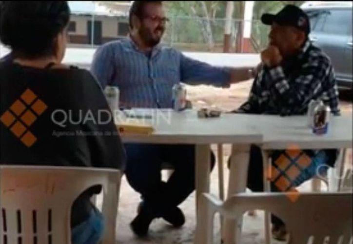 El video del escándalo: aparece Rodrigo Vallejo, hijo del exgobernador de Michoacán, Fausto Vallejo, con Servando Gómez, La Tuta, uno de los más buscados del Gobierno de Peña Nieto. (Captura de pantalla/YouTube-Quadratín)