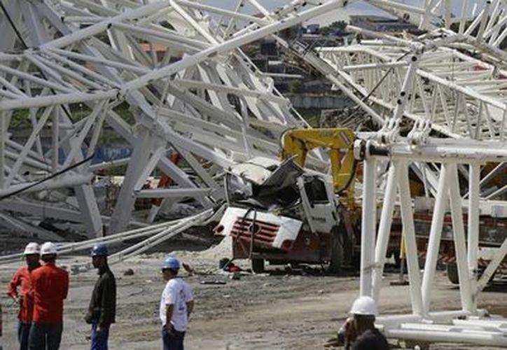 Una grúa provocó ayer el derrumbe de una parte del estadio Arena Corinthians, sede del partido inaugural de Brasil 2014, y dejó 3 muertos. (Agencias)