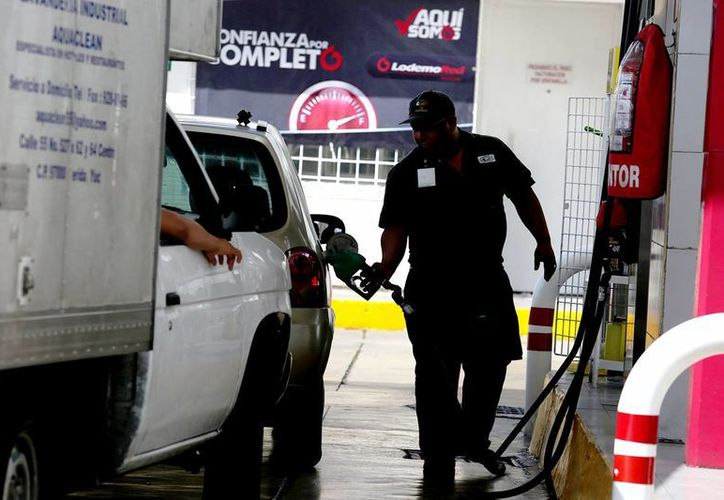 Una vez que se tenga el precio base establecido por las condiciones del mercado internacional energético, la SHCP  ofrecerá un precio máximo para el público. Imagen de contexto de un empleado en una gasolinera del país. (Notimex)