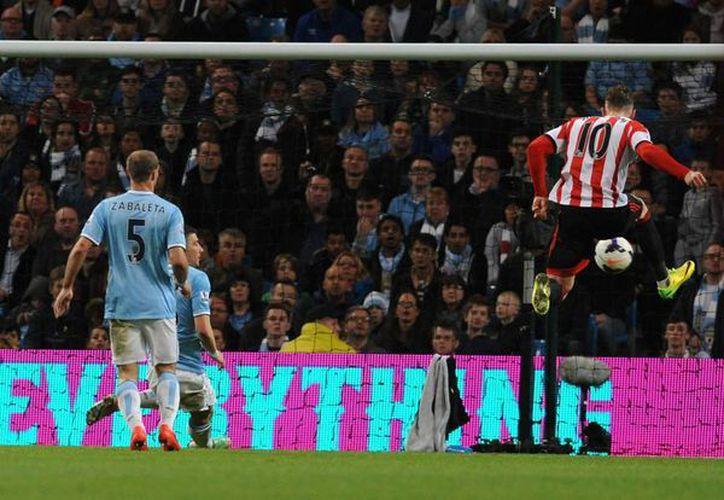 Connor Wickham (d) hizo uno de los goles del Sunderland contra el Manchester City. (Foto:AP)