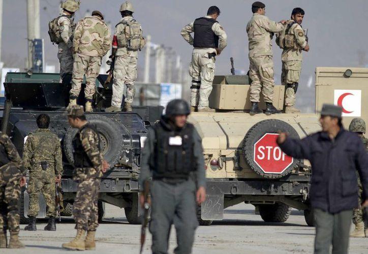 Oficiales de seguridad afganos en la escena del ataque de talibanes en las oficinas electorales de Kabul. (EFE)