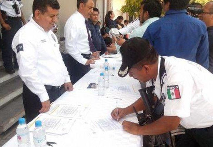 Algunos policías de Oaxaca que estaban en paro decidieron sumarse de nuevo a la corporación a través de una firma de lealtad . (Milenio)