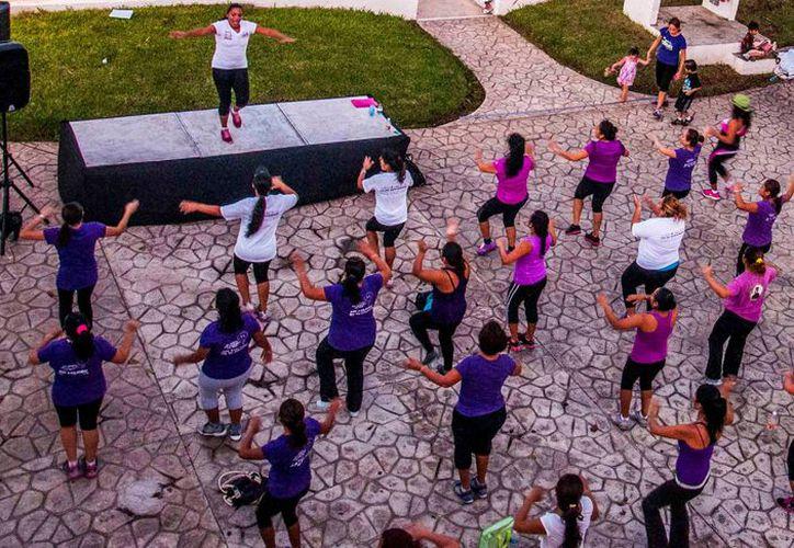 Algunos grupos de personas practican zumba en áreas públicas. (Octavio Martínez /SIPSE)