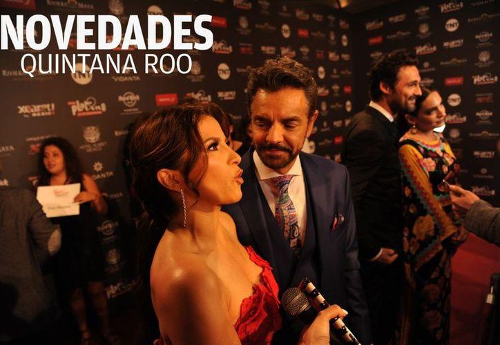 El actor mexicano Eugenio Derbez es acompañado a la premiación por su esposa Alessandra Rosaldo. (Israel Leal/SIPSE)