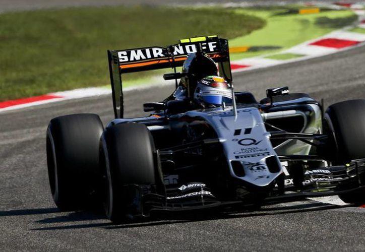 El piloto mexicano de la escudería Sahara Force India de Fórmula Uno, Sergio Pérez, pilota su monoplaza en el circuito de Monza, Italia, donde quedó en sexto lugar. (EFE)