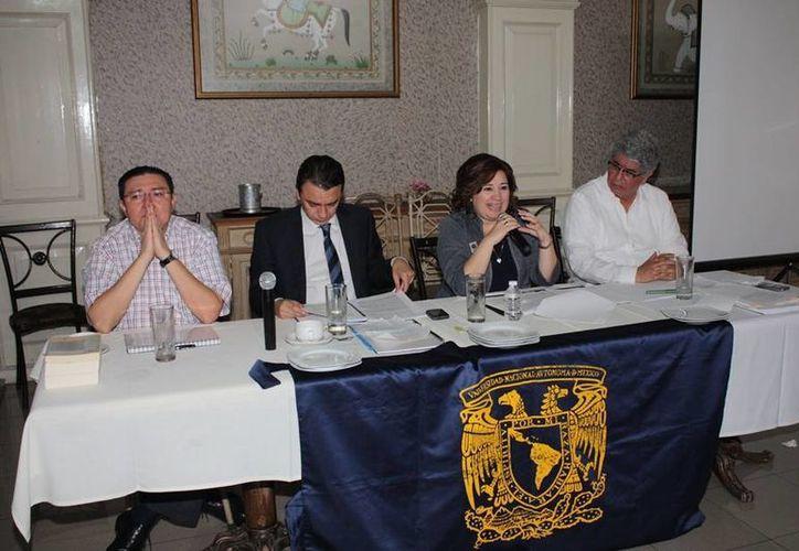 Los egresados de la UNAM escucharon las disertaciones de expertos en derecho. (Cortesía)