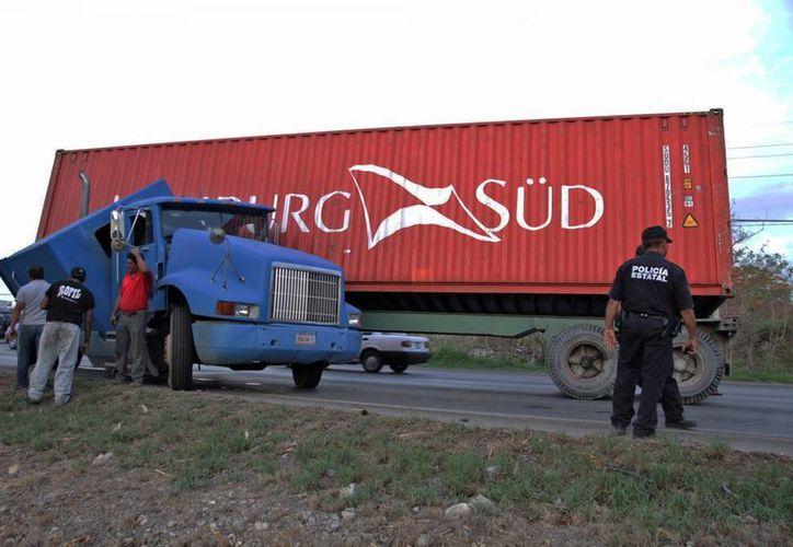 Imagen del accidente del tráiler que se accidentó en el Periférico de Mérida. (Martín González/SIPSE)