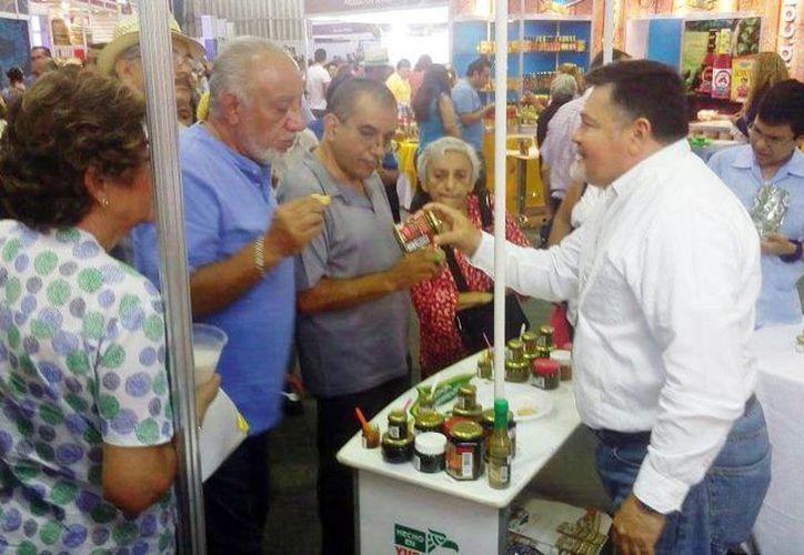 Los expositores yucatecos ofrecen una probadita de sus productos en la Semana de Yucatán en México. (Milenio Novedades)