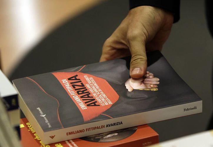 """Un ejemplar del libro """"Merchants in the Temple"""" (""""Mercaderes en el Templo""""), escrito por el periodista italiano Gianluigi Nuzzi, saldrá a la venta el próximo jueves. (Foto: AP)"""