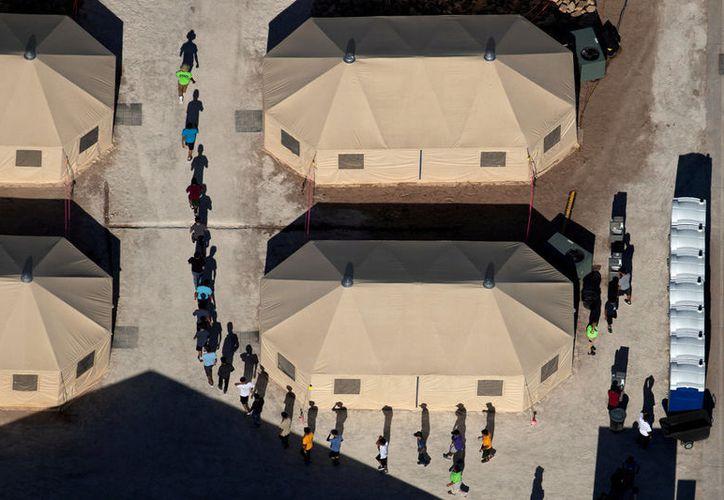 Más de cien niños migrantes en Estados Unidos ya no vivirán con sus padres, debido a que éstos han sido deportados o no han sido aceptados para vivir en dicha nación. (Reuters)