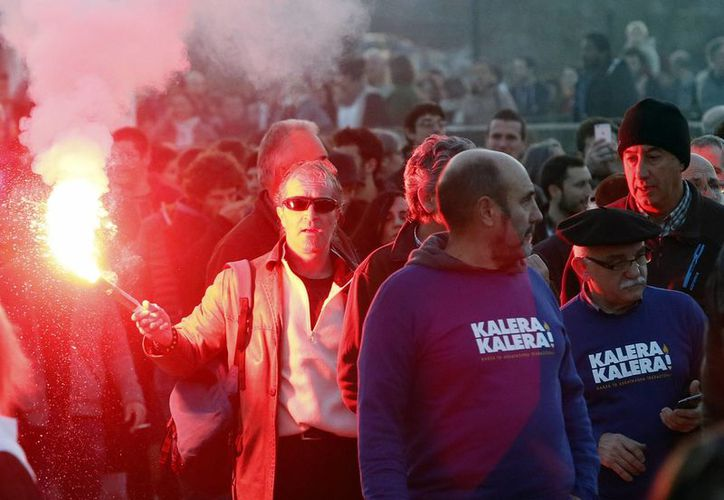 Manifestantes en apoyo a los cinco activistas vascos arrestados en Francia y considerados miembros del grupo extremista ETA. (AP)