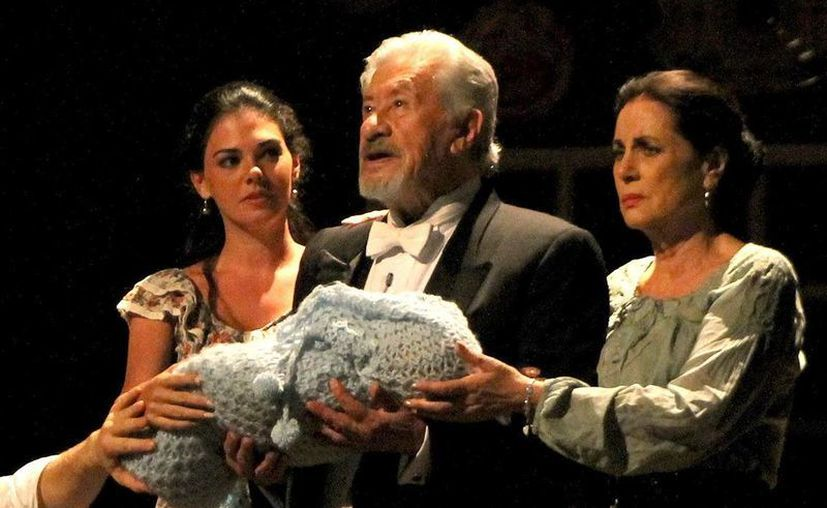 Livia Brito, Ignacio López Tarzo y Helena Rojo, en el 'Cartero'. (Notimex)