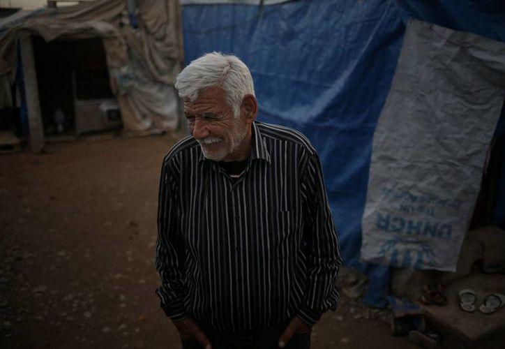 La vida de Ibrahim Mahmoud como exiliado ha sido marcada por dos guerras que corrieron las fronteras y desplazaron comunidades que llevaban siglos en sus tierras. Ahora vive en un campamento de refugiados en Irak. (AP)