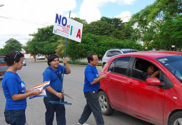 Desde las 10 horas de la mañana comenzaron la campaña informativa en las avenidas Konhulich y Andrés Quintana Roo. (Tomás Álvarez/SIPSE)