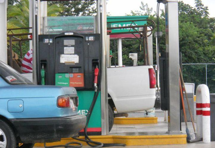Para quienes utilizan vehículo particular de año reciente y deben aplicar gasolina Premium, el gasto arrastra mayor daño económico. (Harold Alcocer/SIPSE)