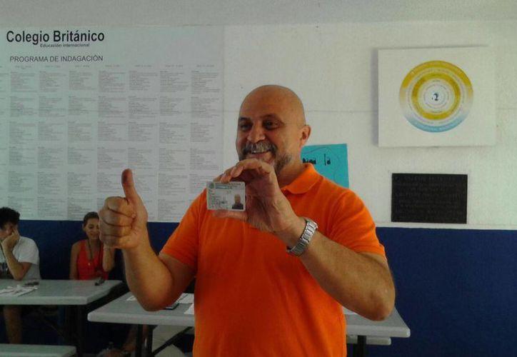 El candidato a diputado Antonio Cervera del partido Movimiento Ciudadano, acudió a votar. (Teresa Pérez/Sipse)