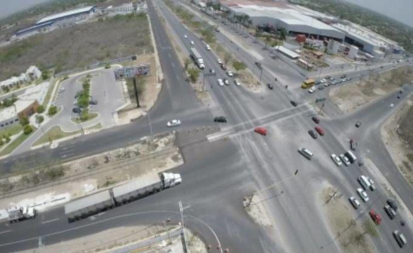 Como parte de la inversión de la SCT en Yucatán está la construcción de un distribuidor vial a la altura de la fábrica de la Coca Cola (d) y de la vía que lleva al fraccionamiento Los Héroes (i). (Fotos: cortesía del Gobierno de Yucatán)
