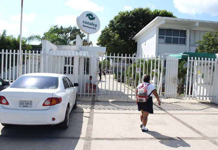 Los maestros de educación básica se vieron afectados, pues les descontaron montos por el SAR,  Fovissste y terceros institucionales sin ser depositados. (Joel Zamora/SIPSE)