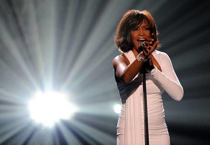 Pat Houston, cuñada de Whitney (en imagen) , comentó que ya es momento de regalar los objetos de la cantante a sus fieles seguidores. (AP)
