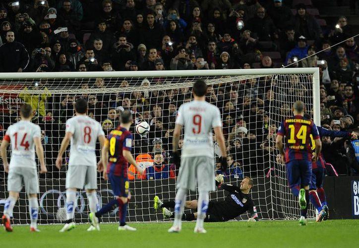 Cuando quedaban solo unos minutos para que terminara el duelo entre Barza y Atlético, el portero colchonero atajó un penal a Messi, que contrarremató para dejar las cosas 1-0 en la ida de cuartos de final de Copa del Rey. (Foto: AP)
