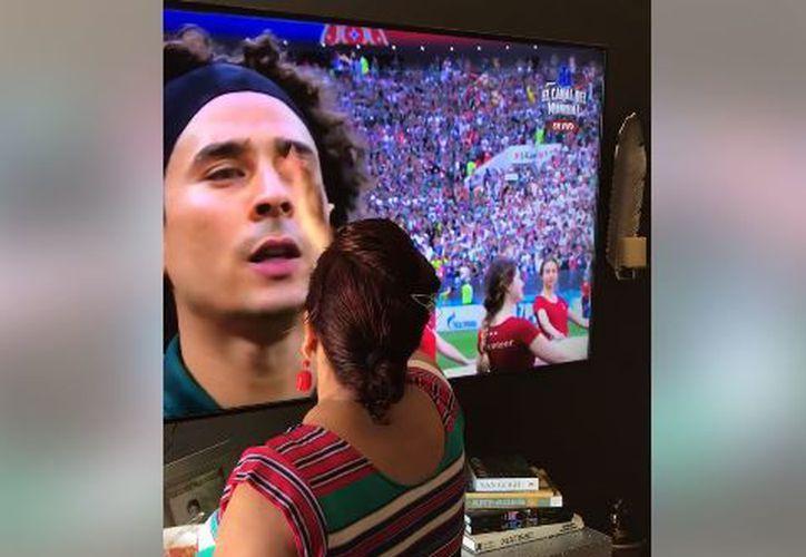 La señora dio doble bendición a Memo Ochoa. (Captura)
