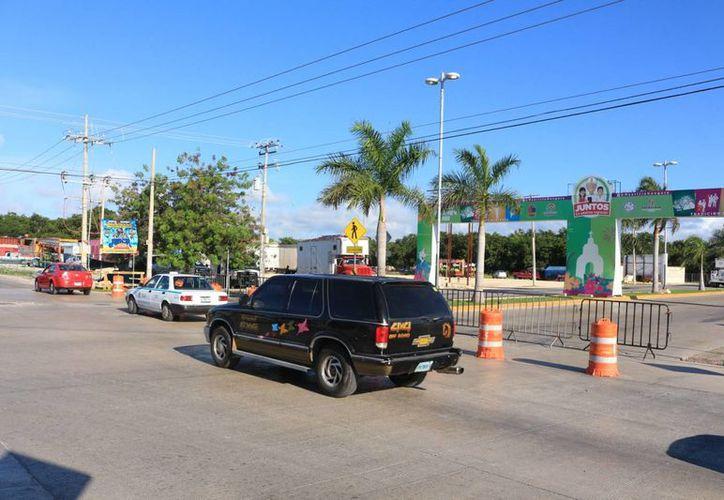 Desde el jueves comenzó a desviarse el tráfico vehicular para la instalación de la feria navideña en Playa del Carmen. (Adrián Barreto/SIPSE)