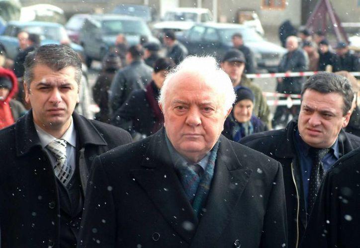 El expresidente de Georgia, Eduard Shevardnadze (c) se había retirado de la política activa en 2003. (Archivo/EFE)