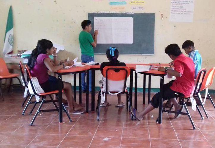 Los jóvenes reciben un apoyo económico para continuar sus estudios y obtiene la liberación de la cartilla del servicio militar. (Ángel Castilla/SIPSE)