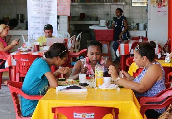 Los clientes encuentran comida regional e internacional. (Irving Canul/SIPSE)