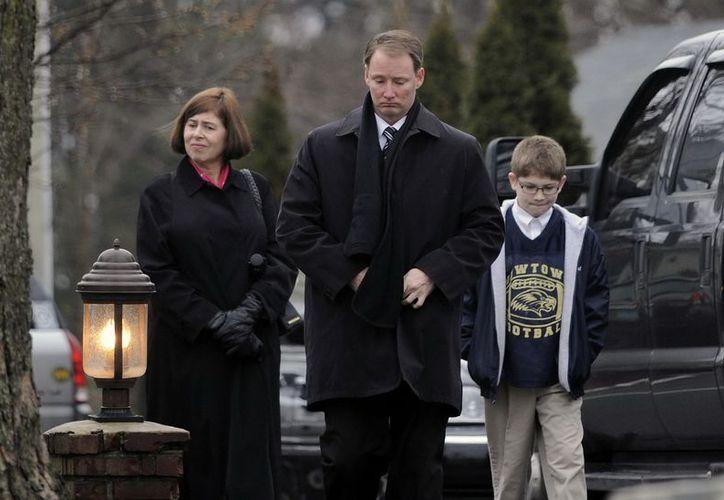 La ciudad de Newtown oficia los primeros funerales tras la matanza. (EFE)