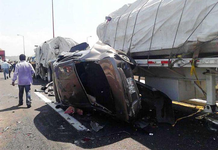 Los automóviles de modelos recientes adoptaron mejores medidas de seguridad para reducir riesgo de muerte de sus conductores en accidentes de tránsito. (Archivo/Notimex)