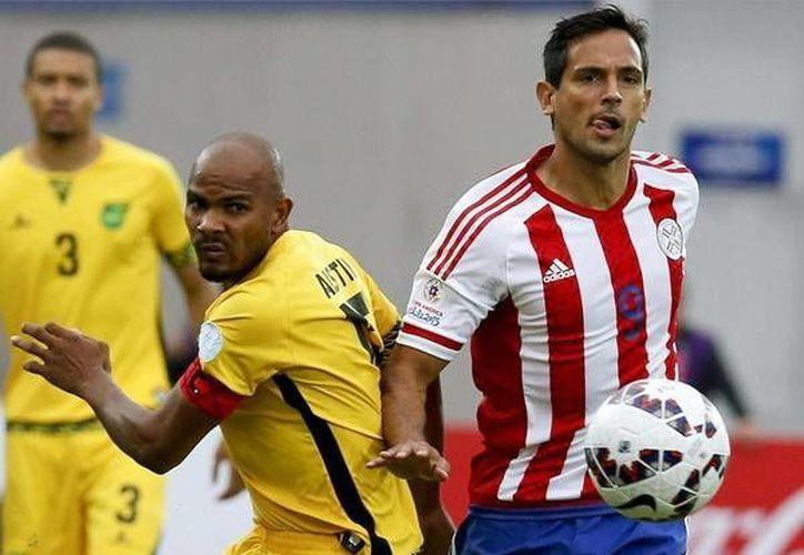En la foto, Roque Santa Cruz (d), en partido ganador por Paraguay a Jamaica en Copa América con gol de Édgar 'Pájaro' Benítez. (Foto: EFE.com)