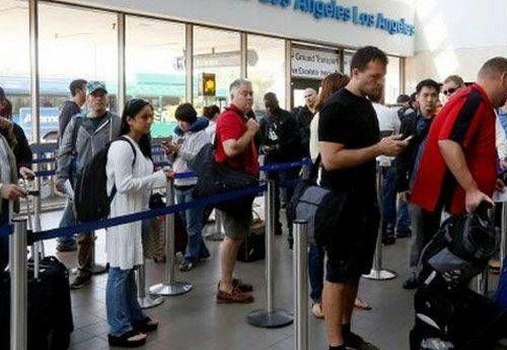 En los aeropuertos de Los Ángeles, el Hartsfield-Jackson de Atlanta y el de Minneapolis-St. Paul se instalarán escáneres dactilares y del iris para quienes quieren que su revisión sea más rápida. (AP)