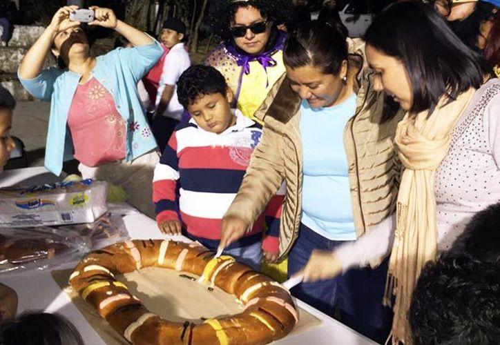 De acuerdo con las tradiciones católicas, las familias se reúnen y establecen turnos para cortar un trozo de rosca. (SIPSE)