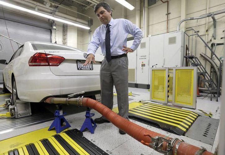 Volkswagen ofrecería recomprar casi 500 mil vehículos equipados con el programa que permite a los vehículos engañar las pruebas de emisiones contaminantes. (AP)
