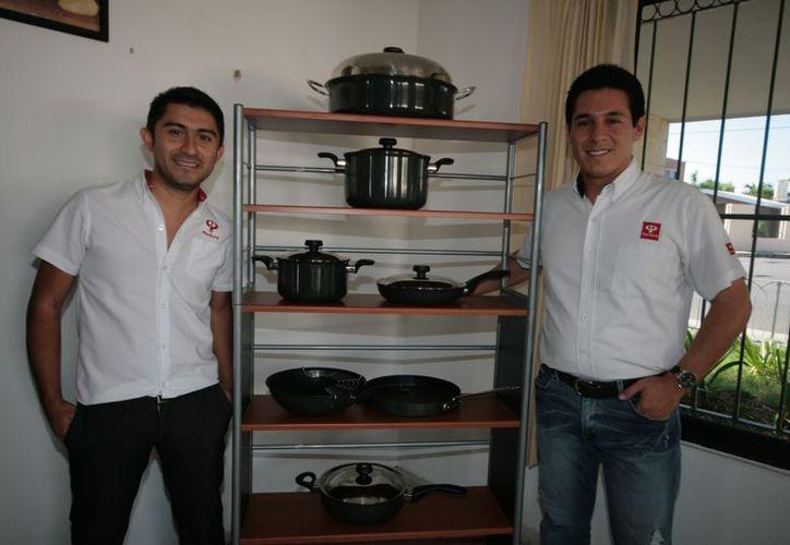 Los jóvenes profesionistas Jorge Coronado Herrera y Mario Alberto Esparza. (Antonio Sánchez/SIPSE)