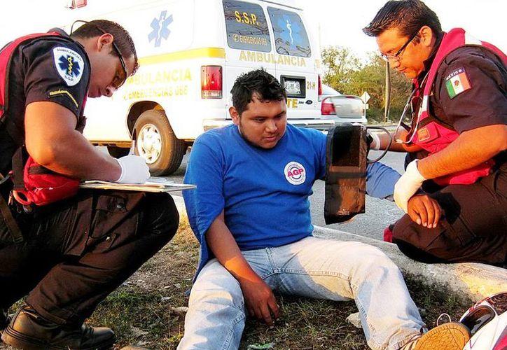 El joven repartidor en Ciudad Caucel fue atendido por paremédicos de la SSP. (Milenio Novedades)