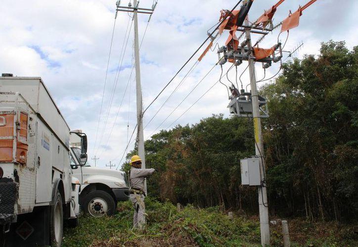 Para la colocación de los equipos no se corta el flujo de la energía. (Octavio Martínez/SIPSE)
